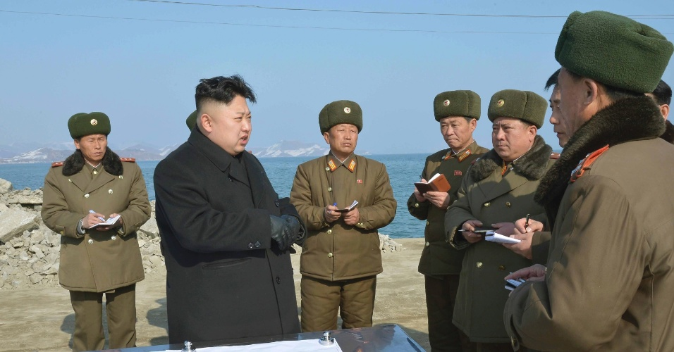 23.fev.2014 - O líder norte-coreano, Kim Jong-un, visita um canteiro de obras de uma estação de pesca do Exército Popular da Coreia, em um local não especificado, em foto divulgada neste domingo pelo agência de noticiais oficial do país, em Pyongyang