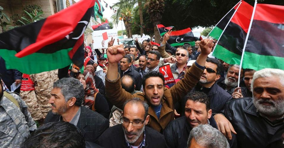 23.fev.2014 - Pessoas participam de protesto contra a extensão do mandato do GNC (Congresso Nacional Geral), em frente à Suprema Corte, em Trípoli, na Líbia, neste domingo (23)