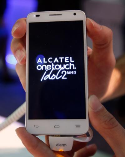 24.fev.2014 - A fabricante Alcatel apresentou o OneTouch Idol 2 Mini S, que é uma versão menor do smartphone Idol 2. Ele possui tela de 4,5 polegadas (o Idol 2 tradicional possui tela de 5 polegadas), processador quad-core de 1,2 GHz, câmera frontal de 8 megapixels e chega com Android 4.3 Jelly Bean. Ele deve chegar ao mercado nos próximos meses com preço de 169 euros (R$ 543)