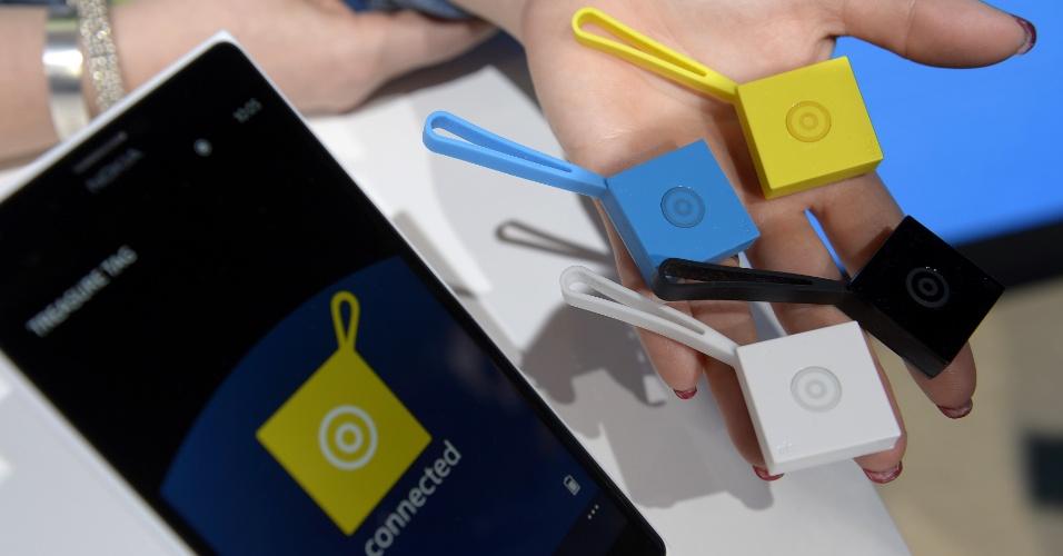 24.fev.2014 - A finlandesa Nokia mostrou os dispositivos Nokia Treasure Tags no Mobile World Congress 2014, evento de tecnologia móvel realizado em Barcelona (Espanha). O acessório funciona como uma espécie de chaveiro que pode ser localizado pelo smartphone
