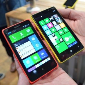 Aparelho Nokia X (esq), com sistema operacional próprio e compatível com Android, ao lado de um smartphone Lumia (dir), que roda Windows Phone