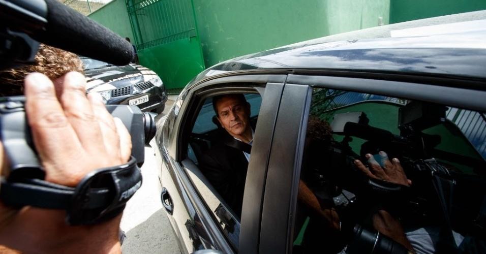 24.fev.2014 - Condenado no julgamento do mensalão no STF (Supremo Tribunal Federal), o ex-deputado federal Roberto Jefferson (PTB-RJ) deixa sua casa em Levy Gasparian, dentro de carro da Polícia Federal para cumprimento do mandado de prisão