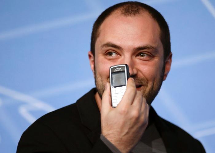 24.fev.2014 - Jan Koum, cofundador do WhatsApp, anunciou que o aplicativo fará chamadas de voz a partir do segundo trimestre, quando ganhar uma atualização (atualmente, os usuários podem enviar textos, além de arquivos de áudio, fotos e vídeos). O Facebook anunciou recentemente a compra do WhatsApp por US$ 16 bilhões