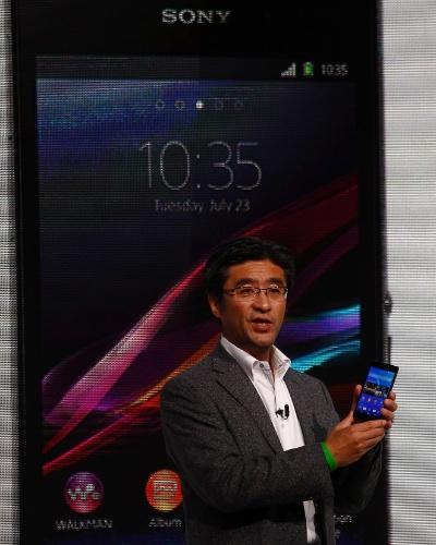 24.fev.2014 - O celular Xperia Z2 tem tela full HD de 5,2 polegadas, processador quad-core (quatro núcleos) de 2,3 GHz, 3 GB de memória RAM e 16 GB de armazenamento interno. As câmeras são de 20,7 megapixels (traseira) e 2,2 megapixels (frontal). A quantidade de pixels da câmera é a mesma de seu antecessor, mas a versão mais nova é capaz de fazer vídeos em qualidade 4K (a tela não acompanha essa tecnologia). Não há informações sobre preço e data de lançamento
