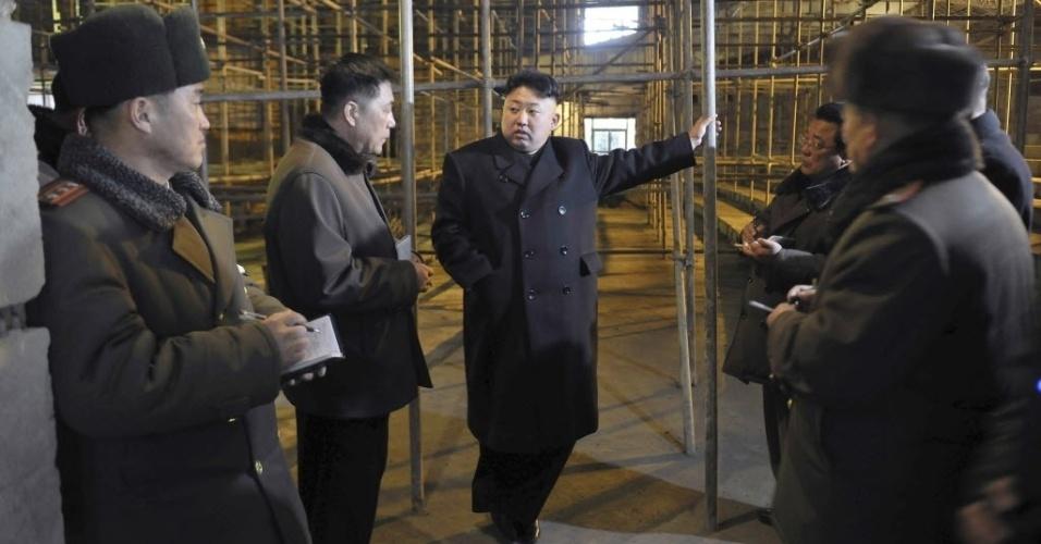 24.fev.2014 - O ditador norte-coreano Kim Jong-Un visita acampamento internacional para crianças Songdowon, que está sendo reformado, nesta foto de data desconhecida, divulgada nesta segunda-feira (24) pela agência oficial de notícias do país, em Pyongyang