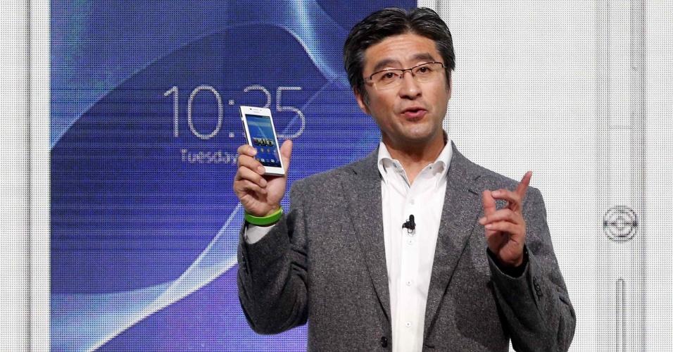 24.fev.2014 - O smartphone Xperia M2, nova versão do aparelho M, é um celular intermediário da Sony. Ele possui tela de 4,8 polegadas, processador quad-core de 1,2 GHz, câmera traseira de 8 megapixels e conta com tecnologia NFC, que realiza troca de dados por aproximação.  A previsão de lançamento é abril deste ano, mas não há informações sobre preço