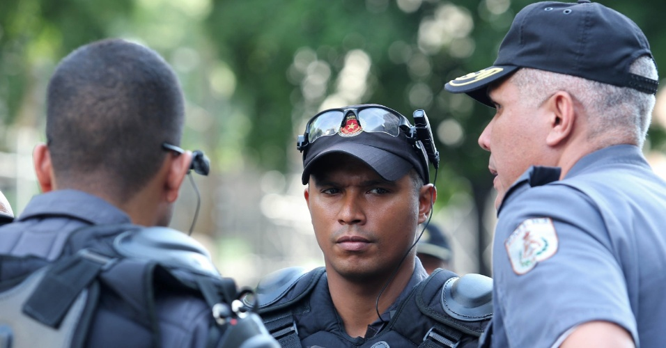 24.fev.2014 - Policiais militares usam óculos com câmeras acopladas para monitorar protesto dos professores rede municipal e estadual do Rio de Janeiro, na avenida Rio Branco, no centro da capital fluminense, nesta segunda-feira (24)