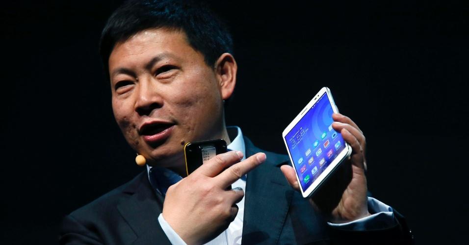 24.fev.2014 - Richard Yu, diretor-executivo da Huawei, apresenta o MediaPad X1. O computador ultraportátil tem tela de 7 polegadas e permite fazer ligações - é considerado um ''phablet'', híbrido de smartphone e tablet. Com 103,9 mm de largura, 7,18 mm de espessura e 239 gramas, ele é mais estreito, fino e leve que o iPad mini (134,7 mm; 7,5 mm; 331 gramas). Segundo o ''Engadget'', será lançado por 339 euros (cerca de R$ 1.090)