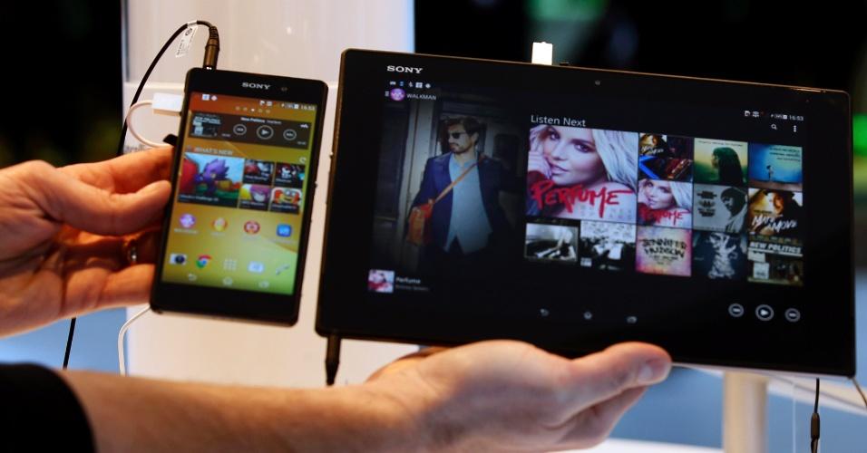 24.fev.2014 - Smartphone Sony Xperia Z2 (esq.) e o tablet Z2 da Sony são expostos no estande da companhia durante o Mobile World Congress 2014, evento de tecnologia móvel realizado em Barcelona (Espanha)