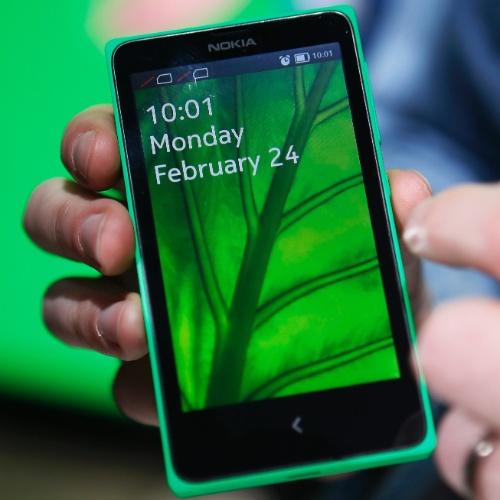24.fev.2014 - Stephen Elop, director-executivo da Nokia, apresenta o smartphone Nokia X. Compatíveis com dois chips, os Nokia X (89 euros; cerca de R$ 287) e X+  (99 euros; cerca de R$ 319) têm tela sensível de 4'', câmera de 3 megapixels e 4 GB de armazenamento. Eles rodam uma versão modificada do sistema operacional Android, apesar de as especificações não citarem a plataforma concorrente ao Windows Phone
