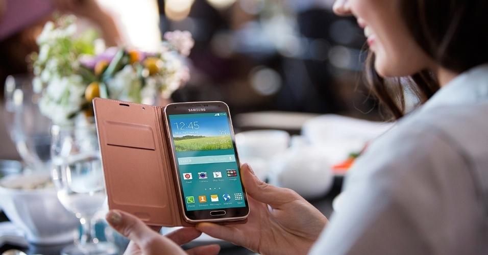 A Samsung anunciou o smartphone Galaxy S5 no Mobile World Congress 2014, evento de tecnologia móvel realizado em Barcelona (Espanha). O aparelho tem tela de 5,1 polegadas, duas câmeras (traseira de 16 megapixels e frontal de 2,1 megapixels) e processador quad-core (quatro núcleos) de 2,5 GHz