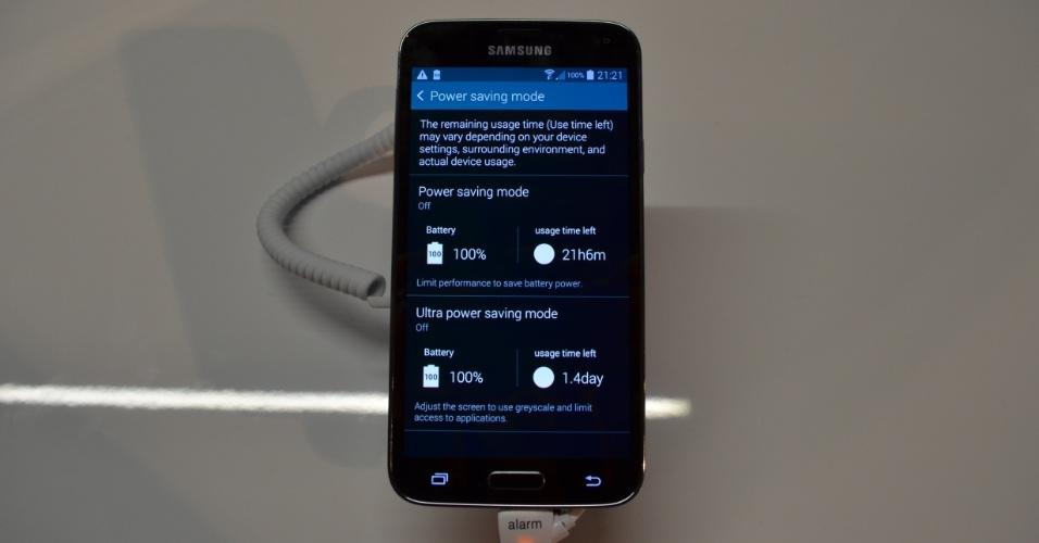 """A Samsung tem um modo de economia de energia no Galaxy S5 que promete autonomia de 24 horas com apenas 10% de carga de bateria horas. Esse recurso é chamado """"modo ultra economia de energia"""""""