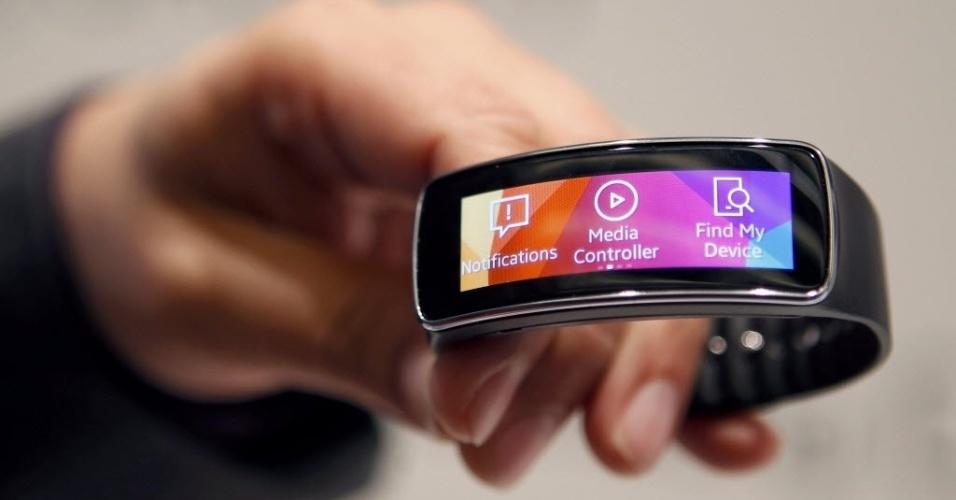 Detalhe do medidor de atividade Gear Fit, da Samsung. O aparelho tem uma tela curva e ajuda praticantes de esporte a monitorarem a atividade cardíaca e a distância percorrida, por exemplo