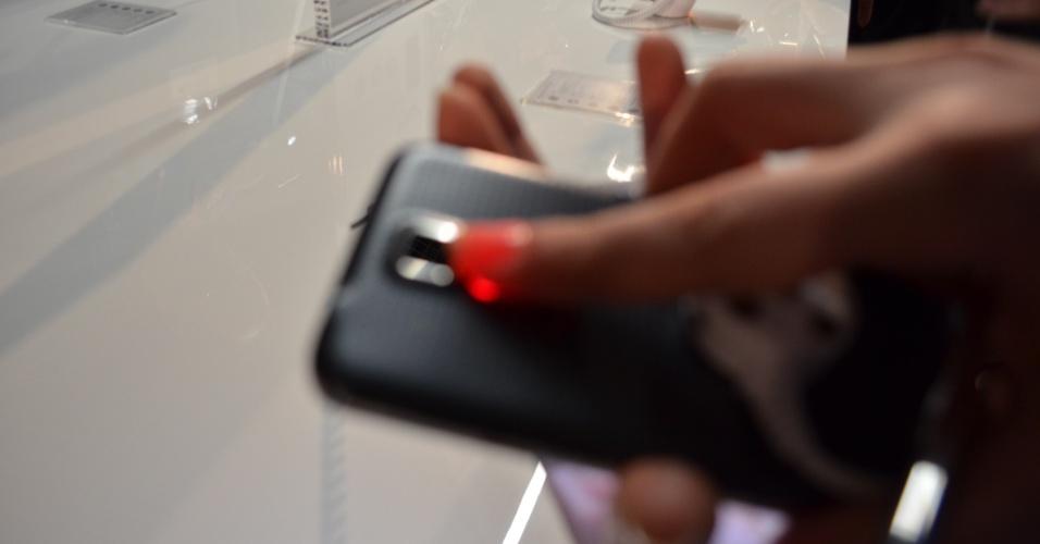 Galaxy S5 conta com monitor cardíaco ao lado do flash da câmera do smartphone. Ele funciona em conjunto com o aplicativo SHealth.
