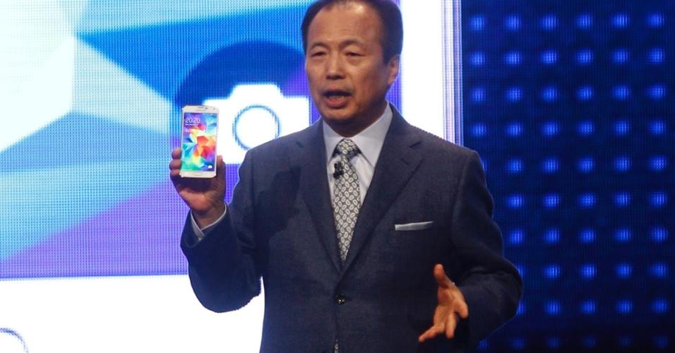 JK Shin, diretor-executivo da área móvel e de comunicações da Samsung, discursa durante a apresentação do Galaxy 5 em Barcelona (Espanha). Aparelho chegará ao mercado brasileiro no dia 11 de abril
