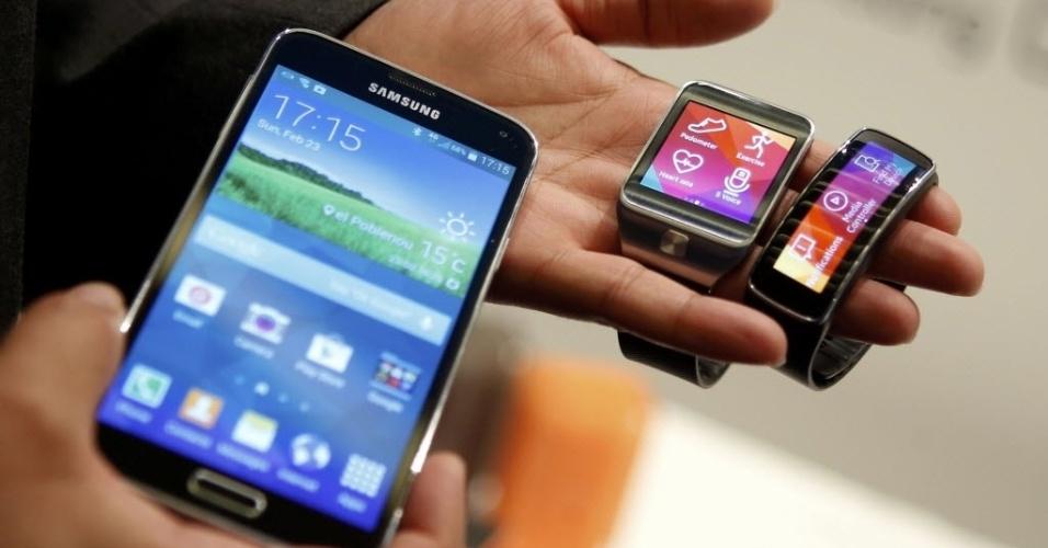 Samsung apresenta nova linha de aparelhos durante o Mobile World Congress 2014. Da esquerda para a direita: Samsung Galaxy S5, o relógio inteligente Gear 2 e o medidor de atividades físicas Gear Fit