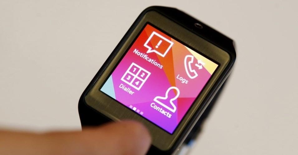 Samsung lança nova versão do relógio inteligente Gear. Chamado Gear 2, o dispositivo vem com o sistema operacional Tizen, desenvolvido pela própria companhia