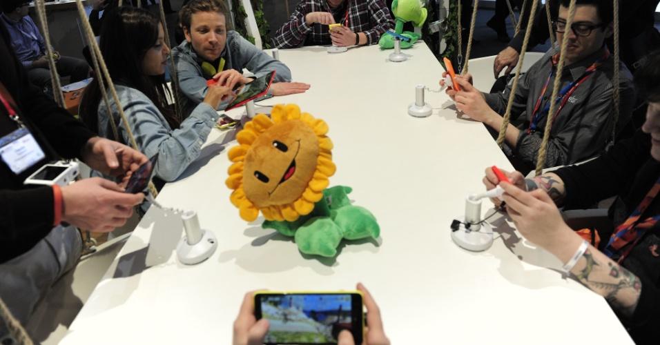 Visitantes utilizam smartphones da Nokia para tirar fotos no estande da companhia durante o Mobile World Congress 2014, evento de tecnologia móvel realizado em Barcelona (Espanha). A companhia finlandesa apresentou uma nova linha smartphones chamada X, que vem com uma versão adaptada do sistema Android