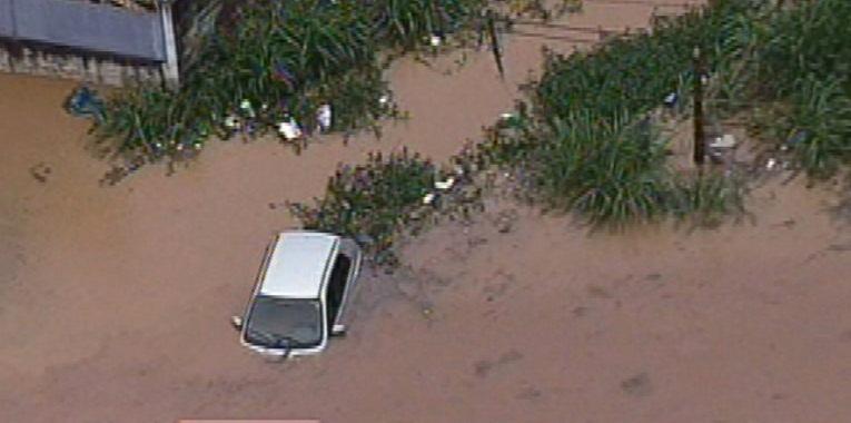 25.fev.2014 - Carro fica submerso pela água da chuva em Embu da Artes, região metropolitana de São Paulo, nesta terça-feira (25)