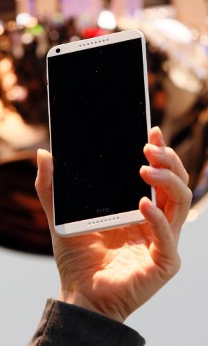 25.fev.2014 - A HTC anunciou no evento o smartphone Desire 816, voltado a mercados emergentes. Segundo o ''GSM Arena'', o aparelho Android tem tela de 5,5'' (720 x 1.280 pixels), processador quad-core (quatro núcleos) de 1,6 GHz, memória RAM de 1,5 GB e 8 GB para armazenamento. Ele conta ainda com câmeras traseira de 13 megapixels e frontal de 5 megapixels (bom para quem gosta de autorretratos). A ''Bloomberg'' afirma que o aparelho chegará à China em março e a outros países em abril; preço ainda não foi divulgado