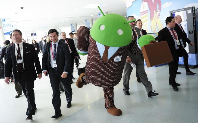25.fev.2014 - Fantasia do robozinho verde foi usada para divulgar os novos processadores móveis para Android da Intel. Eles têm 64 bits e são diferenciados pela quantidade de núcleos: Merrifield (dois núcleos) e Moorefield (quatro núcleos). Os chips estarão presentes em dispositivos da Asus, Dell, Lenovo e Foxconn