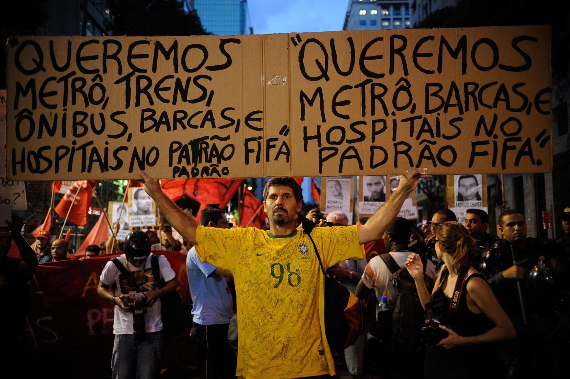 25.fev.2014 - Manifestantes fazem ato pelo direito de protestar e contra a mídia no centro do Rio de Janeiro, nesta terça-feira (25)