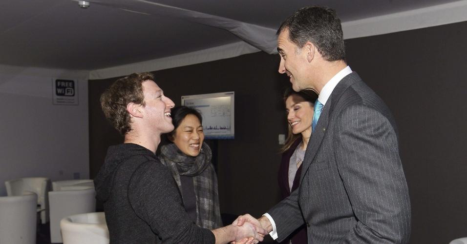25.fev.2014 - Mark Zuckerberg (esq), diretor-executivo do Facebook, e sua mulher, Priscilla Chan, cumprimentam o príncipe Felipe e a princesa Leticia, da Espanha. A foto foi registrada no dia 24 de fevereiro, quando Zuckerberg participou de uma entrevista na Mobile World Congress (MWC), em Barcelona