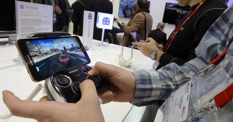 25.fev.2014 - Participante da feira testa o controle Samsung S, que dá mais conforto aos jogadores de games no celular