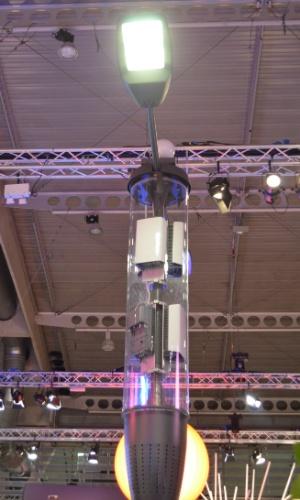 25.fev.2014 - Poste ''inteligente'', desenvolvido em parceria entre Ericsson e Philips, oferece iluminação e acesso à internet sem fio. Novidade foi apresentada no MWC e até o final do ano deve ser implementada na América do Norte