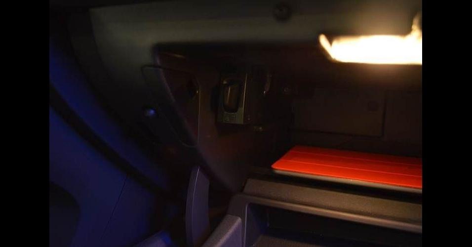 25.fev.2014 - Projeto feito em parceria entre Ericsson e Volvo coloca um minimodem de internet móvel no porta-luvas do carro - um Volvo XC60. É possível, por exemplo, parar o carro em um estacionamento e pagar sem ter contato com um atendente 'humano'. Desde a visualização da vaga até o pagamento, todas as interações são feitas via monitor embutido no painel do carro (a tela não é touch, mas os controles podem ser feitos com botões localizados no volante). Não há preço nem previsão de lançamento para esta tecnologia