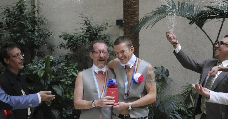 25.fev.2014 - Um casal homossexual russo realizou o seu sonho de se casar nesta terça-feira (25), em Buenos Aires, na Argentina. O casal, originário da cidade russa de Sochi fugiu de seu país e denunciou a discriminação sofrida por gays na Rússia