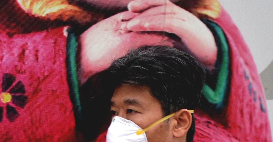 Boneca chinesa apoia na cabeça de um transeunte