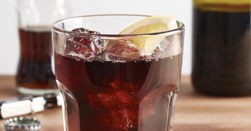 copo com vinho e refrigerante, mistura de álcool e refrigerante