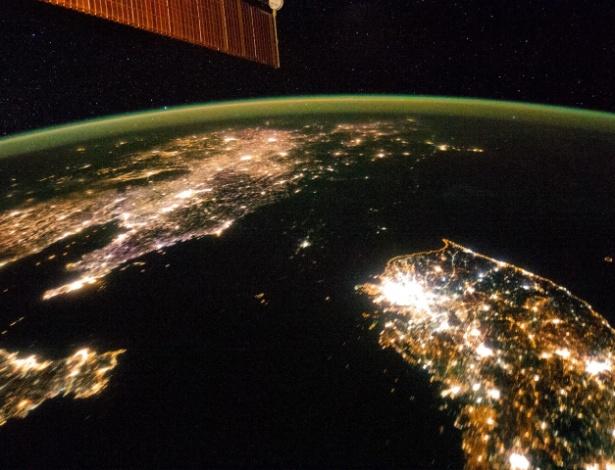 Em imagem noturna tirada da Estação Espacial Internacional, a Coreia do Norte - no centro da foto, entre a China (à esq.) e a Coreia do Sul (à dir.)