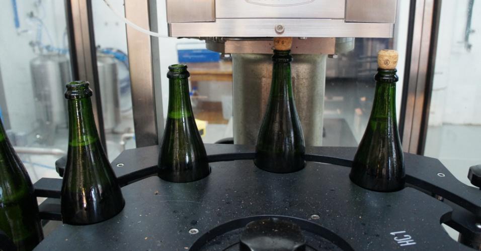 Já pronto para a venda, as garrafas recebem a rolha de cortiça e a gaiola de metal