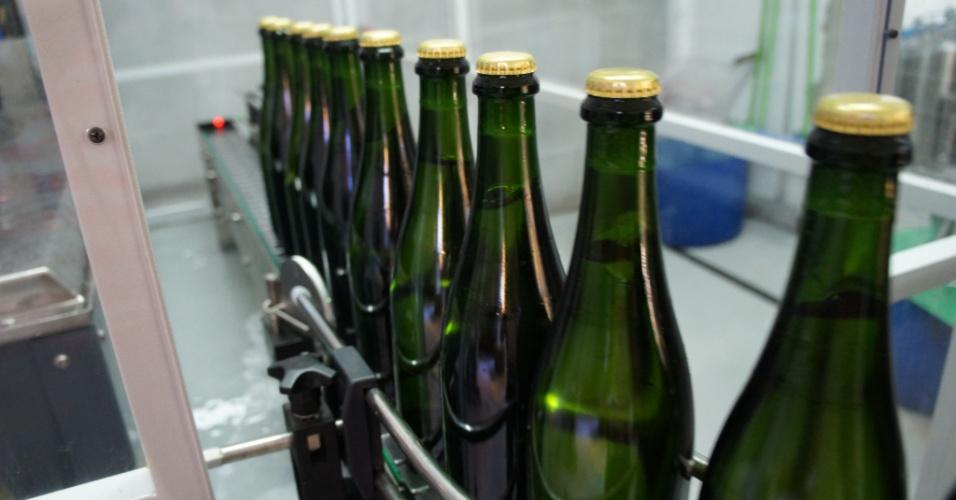 Depois de engarrafado, o vinho com as leveduras é fechado com uma tampa de metal, chamada corona, e levada a cavaletes de madeira, chamados pupitres, onde permanecerão para a fermentação