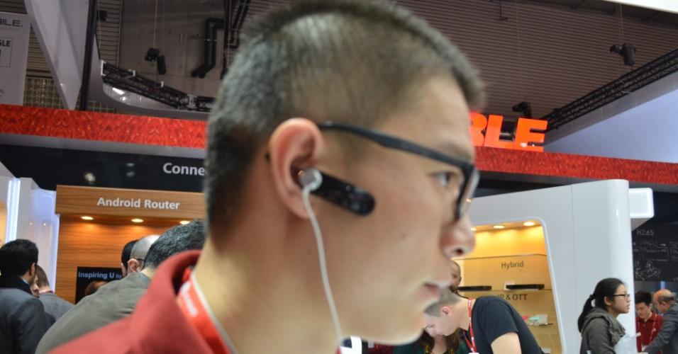 26.fev.2014 - Além de funcionar como pulseira inteligente, que monitora dados da saúde do usuário, uma parte destacável da Talkband B1 vira fone de ouvido Bluetooth. A parte de cima o gadget (foto) pode ser destacada e usada presa à orelha,  durante chamadas telefônicas