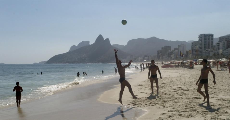 26.fev.2014 - Homens aproveitam dia de sol e calor para jogar bola na praia de Ipanema, na zona sul do Rio de Janeiro, nesta quarta-feira (26)