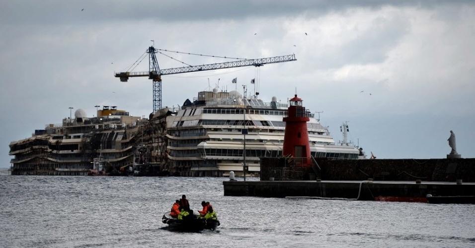 26.fev.2014 - O italiano Francesco Schettino, ex-comandante do navio Costa Concordia, voltou na terça-feira (25) à ilha toscana do Giglio. Esta é a primeira vez que Schettino volta ao local desde o naufrágio do navio, em 2012, quando 32 pessoas morreram