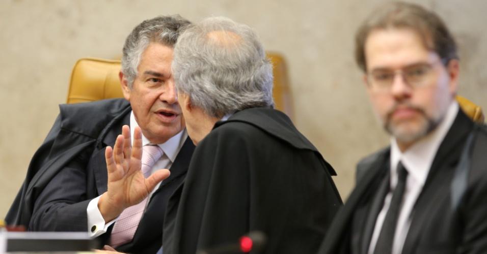 26.fev.2014 - Os ministros Ricardo Lewandowski (de costas) e o Marco Aurélio Mello (à esq.) no STF (Supremo Tribunal Federa) para a retomada da parte final do julgamento do mensalão, nesta quarta-feira (26). Os ministros vão decidir se os réus mais importantes do caso vão ter ou não as penas reduzidas