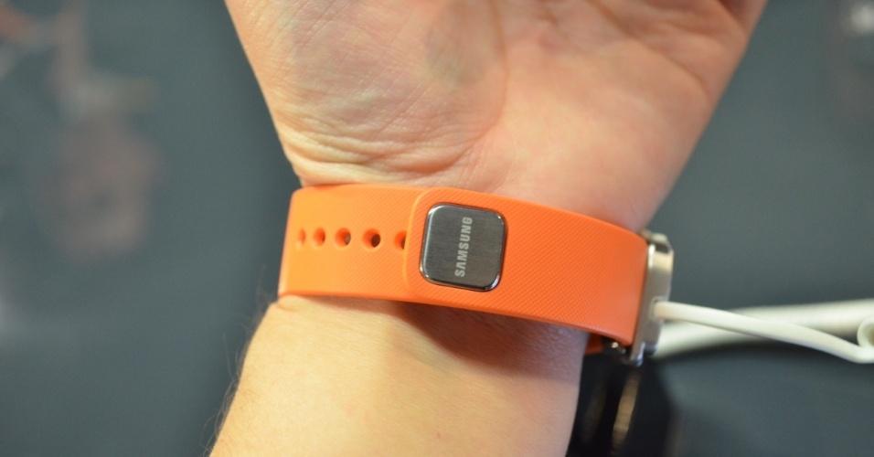 A pulseira Gear Fit, da Samsung, tem uma tela curva Super Amoled de 1,84 polegadas e pesa 27 gramas. Ele conta com vários sensores: giroscópio, acelerômetro e monitor de frequência cardíaca. Além disso, o dispositivo conta com a função de cronômetro, timer, um relógio e um tocador de música