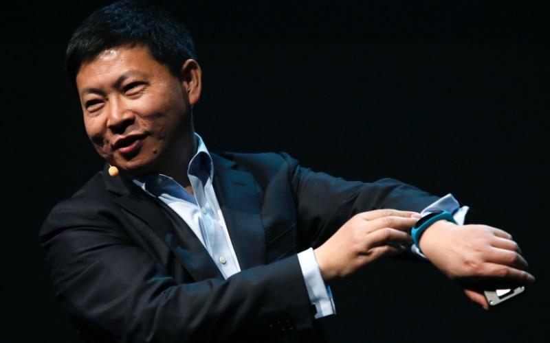 Richard Yu, diretor-executivo da Huawei, faz demonstração da pulseira Talkband B1; gadget será vendido a 99 euros