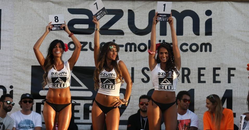 27.fev.2014 - Candidatas finalistas Claudia Acuña (direita), Angelica Peñailillo (esquerda) e Florencia Ballarini (centro) desfilam para os juízes durante o concurso Miss Reef 2014 --marca de surfwear-- em Vinã del Mar, no Chile. Acuña, 22, foi a vencedora da mulher com melhor corpo