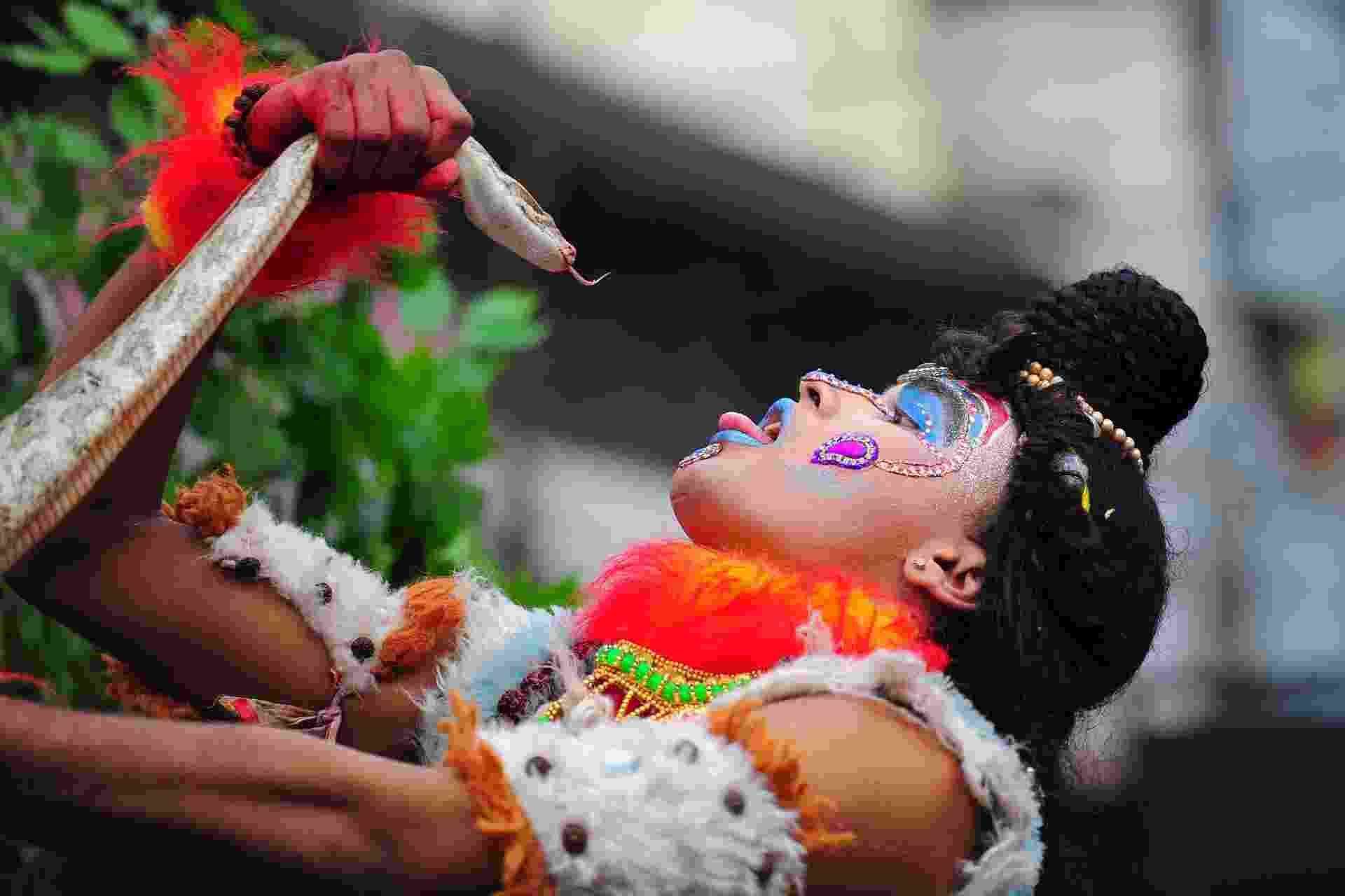 27.fev.2014 - Devoto hindu segura uma cobra durante procissão religiosa no festival Maha Shivaratri, no norte da cidade indiana de Allahabad, nesta quinta-feira (27). Hinduístas de todo o país celebram a data, mais conhecida como o aniversário de casamento de Shiva - Sanjay Kanojia/AFP
