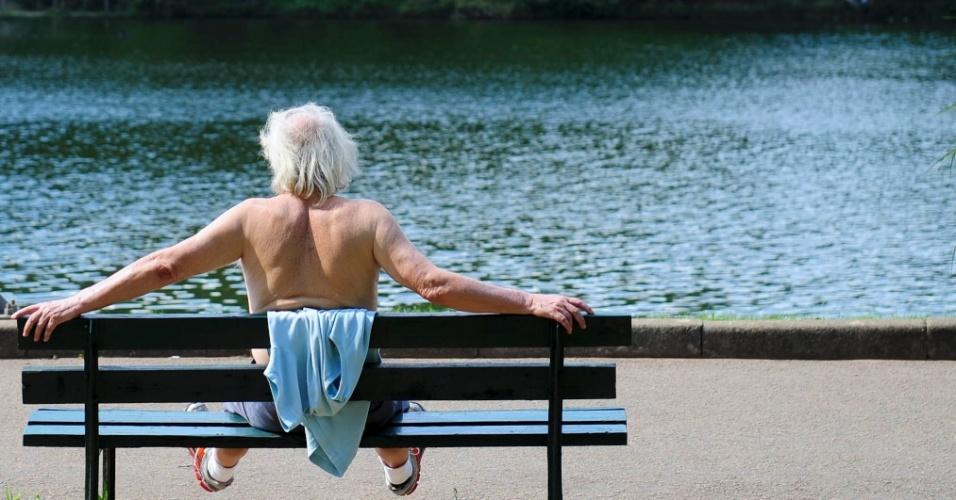 27.fev.2014 - Homem aproveita tarde de sol e calor no parque Ibirapuera, na zona sul da capital paulista, nesta quinta-feira (27)
