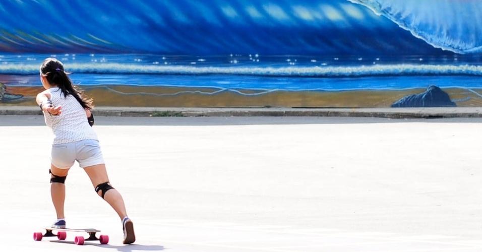 27.fev.2014 - Jovem aproveita tarde de sol e calor para andar de skate no parque Ibirapuera, na zona sul da capital paulista, nesta quinta-feira (27)