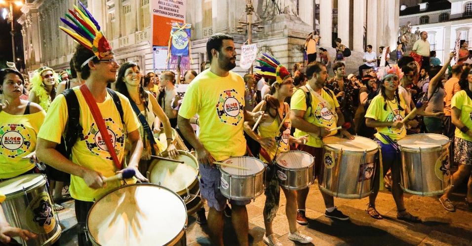 27.fev.2014 - Manifestantes fazem bloco carnavalesco chamado