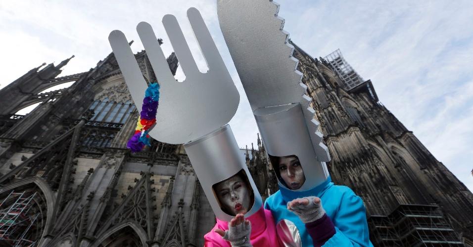 """27.fev.2014 - Mulheres se vestem com trajes de garfo e faca se preparam para o """"Weiberfastnacht"""" (Carnaval das Mulheres), na frente da Catedral de Colônia, na Alemanha, nesta quinta-feira (27)"""