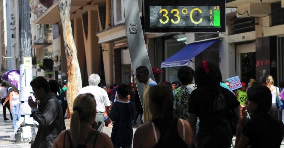 27.fev.2014 - Termômetro da praça da República, no centro de São Paulo, registra 33ºC nesta quinta-feira (27)