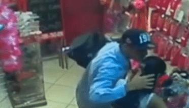 Ladrão beija vítima após assaltar loja de cabelos no Rio